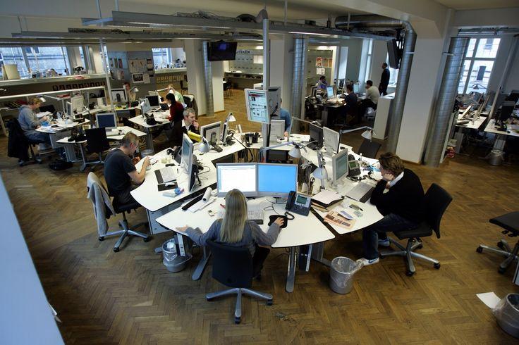 Ro-bot-ter skri-ver næs-ten li-ge så godt som jour-na-lis-ter Sandheden skal jo frem. Også selv om den gør ondt på journalister. Software. I Los Angeles var det en computer, der skrev nyheden om et jordskælv 1. februar for L.A. Times, mens journalisten bag softwaren lå og sov. I Danmark er der - så vidt vides - endnu ikke systematisk brug af robotter i mediebranchen. - Foto: JENS DRESLING (arkiv)
