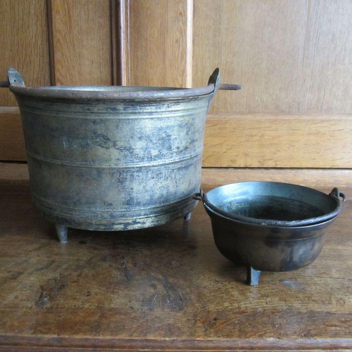 Online veilinghuis Catawiki: Twee bronzen kookpotten -  17e en 18e eeuw