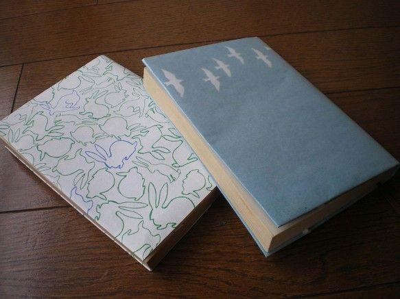 文庫サイズのブックカバーです。「渡り鳥」と「うさぎひゃっぴき」「アリの行進」の柄から、2枚お選びください。クラフト紙に孔版印刷。パラフィン紙つきです。|ハンドメイド、手作り、手仕事品の通販・販売・購入ならCreema。