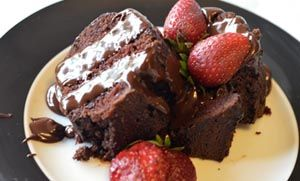 Κέηκ σοκολάτας διαίτης (ηλιελαιο,αυγα,καστανη ζαχαρη,πορτοκαλια,κακαο,σοδα,μπεικην,ξυσμα,αλευρι για ολες τις χρησεις,)