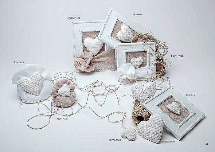 Cuori in porcellana satinata all'interno di una cornice in legno. Bomboniere per matrimonio e anniversario marchiate Margot www.elisa-regali.it