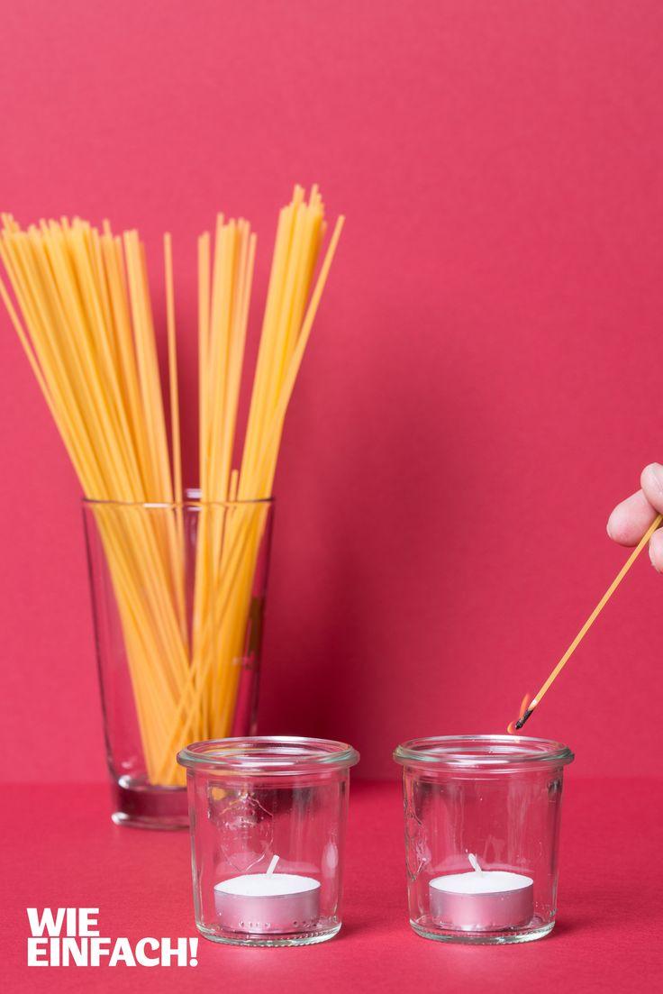 Mit Spaghetti statt Streichhölzern lassen sich jede Menge Kerzen anzünden. Und auch die Kerzen in tiefen Gläsern sind damit kein Problem mehr. Foto: Torsten Kollmer