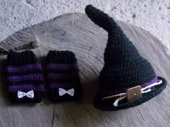 Conjunto de chapéu e polainas confeccionados em crochê.  detalhes - cordão de sisal,botão e lacinhos.  cor - preto com detalhes em roxo.  tamanhos - RN/ 1 a 3 / 3 a 6 / 6 a 9 meses R$ 49,90