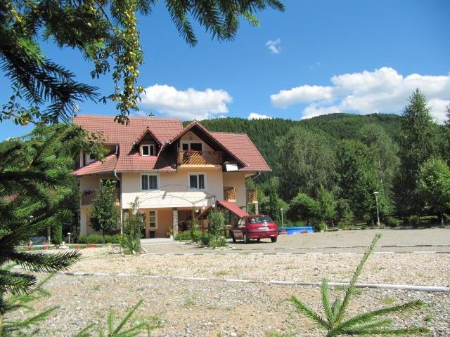 Pensiunea Paradisul Naturii se afla la poalele muntilor Fagaras, in aproprierea Sfintelor Manastiri Dejani si Sambata, in cadrul complexului turistic Dejani.