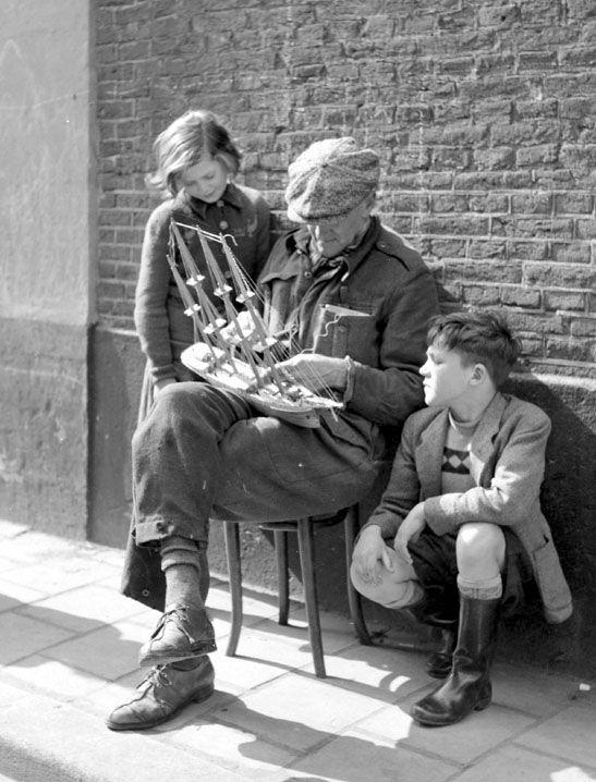 Opa met boot en kleinkinderen - Vintage Photo Naarden : Vintage Photo Naarden