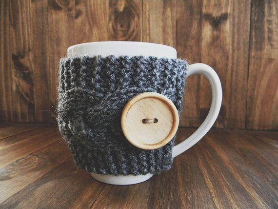 Gris tricot Mug cosy avec bouton bois, tasse Cottiennes, manchon de tasse, cosy de tasse de café, cable knit