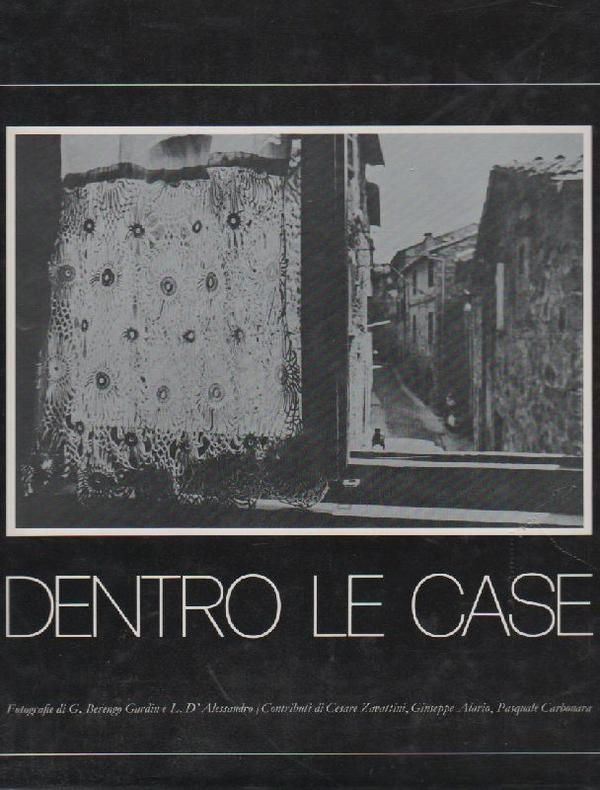 BERENGO GARDIN Gianni; D'ALESSANDRO Luciano, Dentro le case. Milano,  Electa,  1977. 269 fotografie in nero di Gianni Berengo Gardin e Luciano D'Alessandro