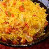 Aprende cómo es y cómo de cocina esta maravilla de calabaza cuya pulpa, sabrosa y nutritivo, se desprende en hilos como los espaguetis.  // Spaghetti squash - learn what it is and how to cook it.