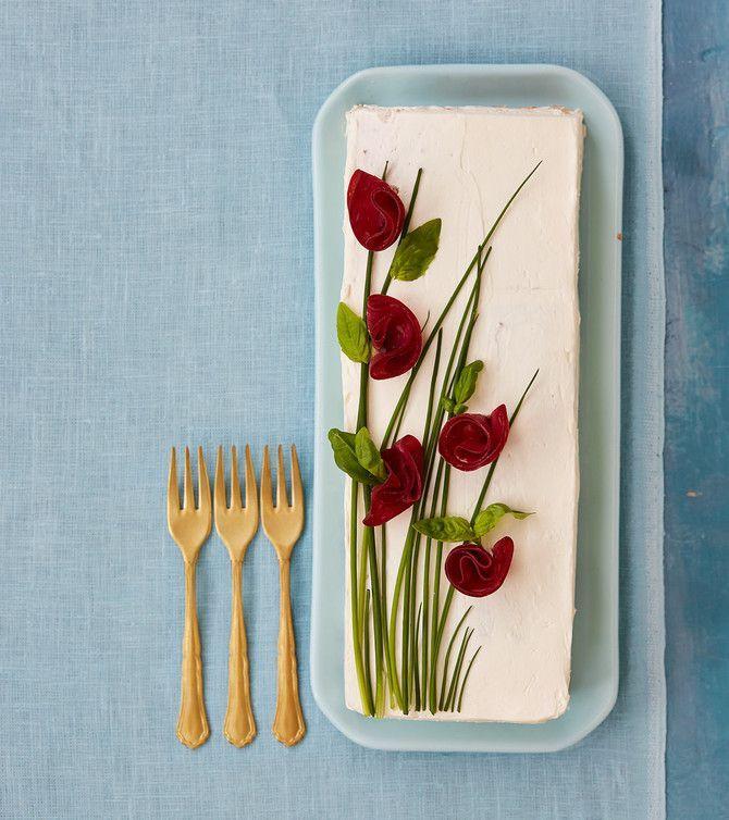Täydellinen juhlatarjottava! Voileipäkakku on näin helppo koota | Soppa365