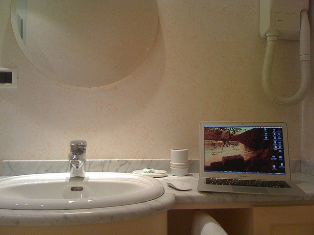 MacBathroom  by pacoman53, via Flickr