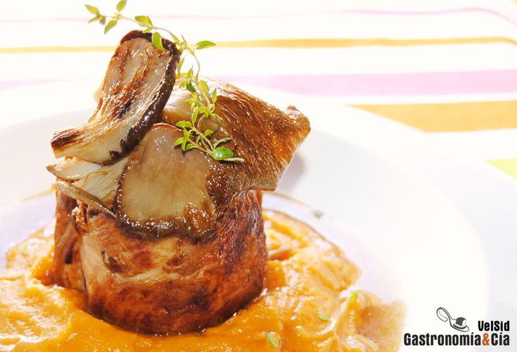 Solomillo de cerdo con puré de boniato y caldo de cebolla tostada