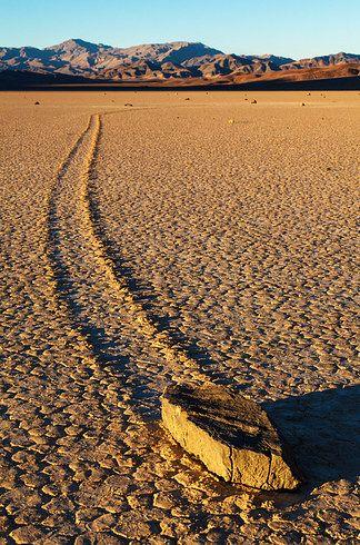 Pedras de Vela no Vale da Morte, EUA: um fenômeno geológico onde as rochas se movem e inscrevem faixas longas ao pelo chão liso do vale, sem intervenção humana ou animal.