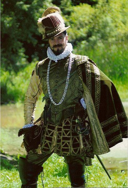 16~17世紀ルネサンス・バロック男性貴族。Ruff(ラフ)=付け襟。元々は衣服をあまり着替えないため、汚れやすい襟だけを交換するために付けられた。ルネサンス時代のラフは後世ほど派手な形ではない。元首の礼装ともなれば、動きやすさより威厳が大事。An excellent reproduction of the clothing worn by a well dressed Elizabethan gentleman.