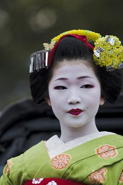 Naokazu, she is a Geiko-san now but i think this is one of the prettiest pictures of her.