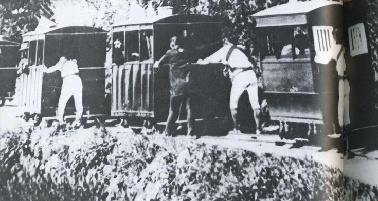 これは1897年(明治30年)、小田原~熱海間を通る人車鉄道です。要は人が車両を押す原始的な乗り物ですが、これでも人力車の5時間に比べ3時間30分で到着できたようです。その後本当の鉄道が開通し人車鉄道は廃止されます。  - scoopnest.com