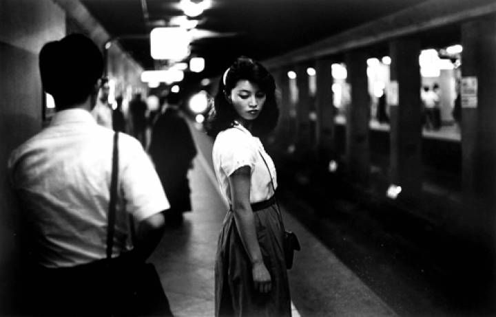 Girl_in_the_Underground__Tokyo__1981_5002e25fd920b.jpg 720×461 ピクセル