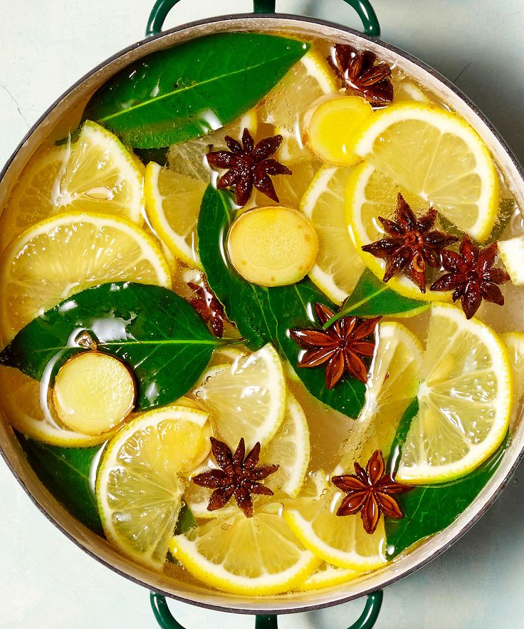 Fragrance is a big part of any holiday or season! Make your home smell like Christmas with one of these easy simmer pot recipes. Stove Top Potpourri, Simmering Potpourri, Homemade Potpourri, Potpourri Recipes, House Smell Good, House Smells, Room Scents, Pots, Christmas Scents