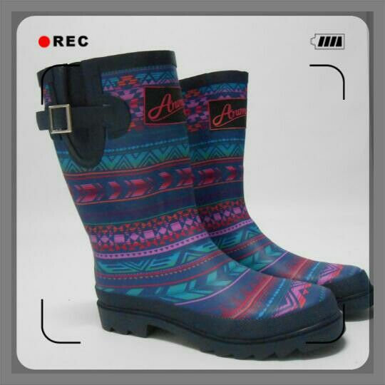 Βροχούλα με χρωματιστές γαλότσες!   Shop online : www.galaxysports.gr   #galaxy #sports #fashion #boots #active #fitness #instyle