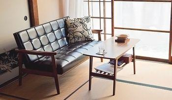 昭和レトロを目指すなら、革のソファがお勧め。一気に雰囲気が出ます。