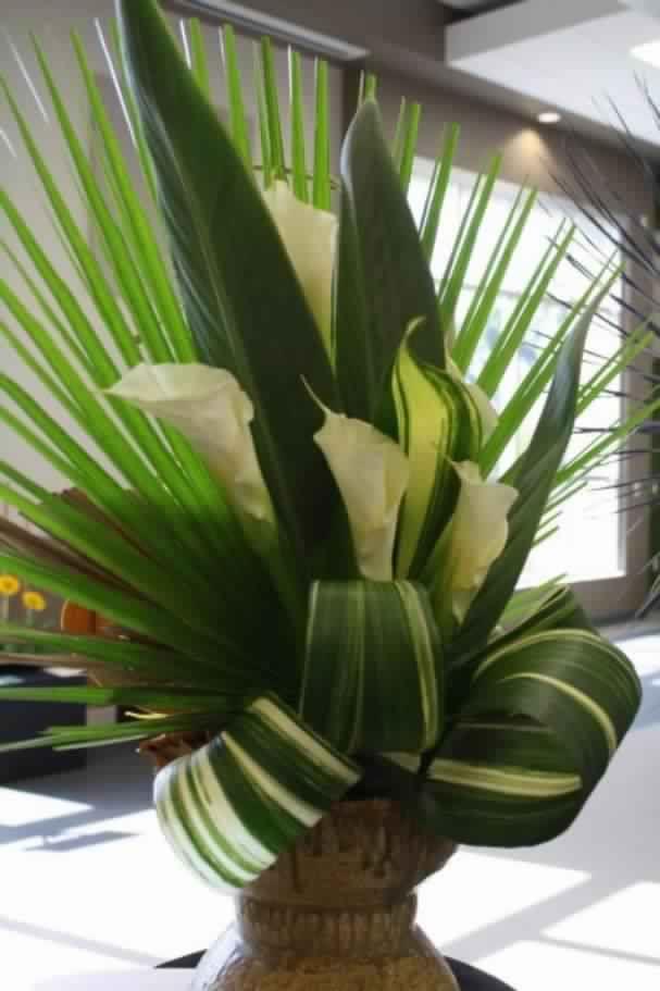 arreglo floral  con calas y hojas de formiun
