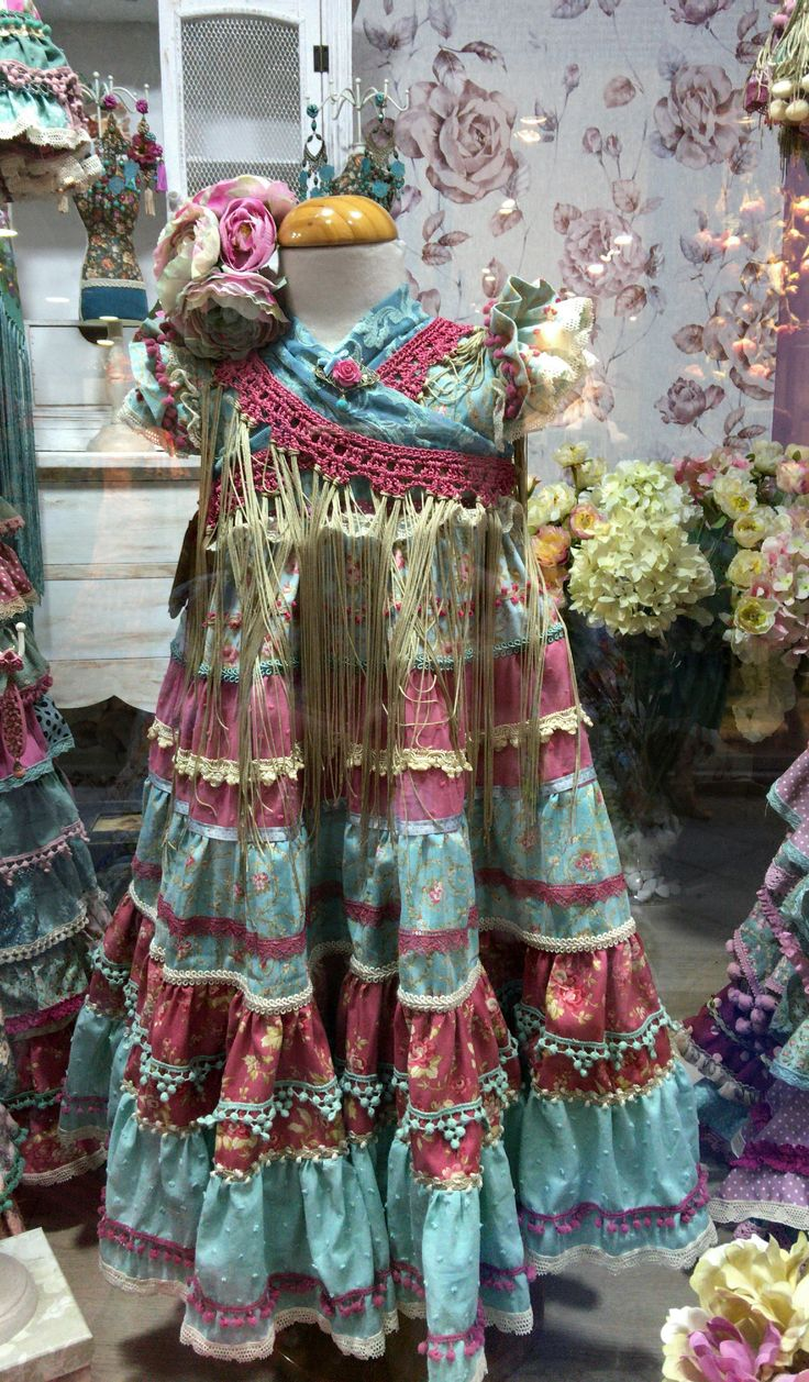 Traje de flamenca y mantoncillo para niña / Gipsy Dress and Shawl for a Girl