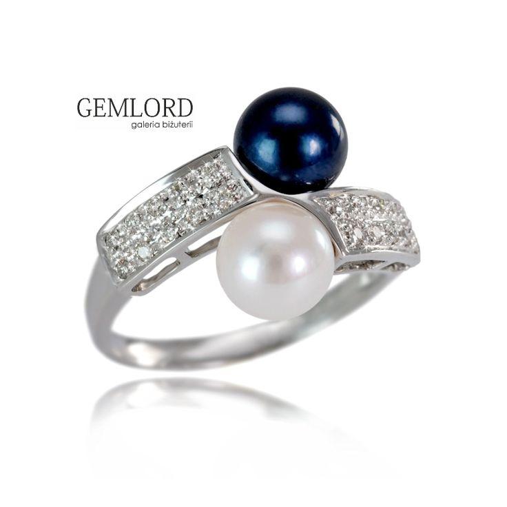 Elegancki pierścionek z białego złota z białą i czarną perłą Akoya. Front pierścionka bogato zdobiony brylantami. Kolor złota pięknie komponuje się z barwą pereł - idealnie okrągłych, o przepięknym połysku.  Znakomity na każdą okazję, również jako piękne uzupełnienie biżuterii z czarnych pereł. Szlachetna ozdoba kobiecej dłoni. Świetny pomysł na prezent dla Wyjątkowej Osoby.  #pierścionek #pierscionek #ring #perły #pearls #жемчуг #brylanty #diamonds #biżuteria #jewellery #jewelry #luxury…