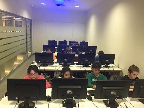 I els nens i nenes de 5è i 6è de primària els dilluns fan Codifica't, els ensenyem a programar #esparreguera #quèfemalesbiblios