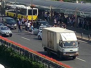 Mecidiyeköy'de araçlar birbirine girdi: Yaralılar var!