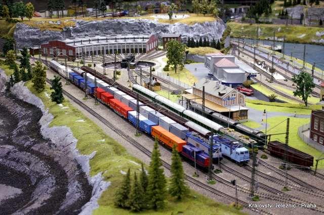 Pokud hledáte zajímavé místo, kde si spoustu zábavy užijí malí i velcí, pak se musíte podívat do úžasného malého světa Království železnic! Čekají tu na vás doslova stovky metrů kolejí, desítky mod…