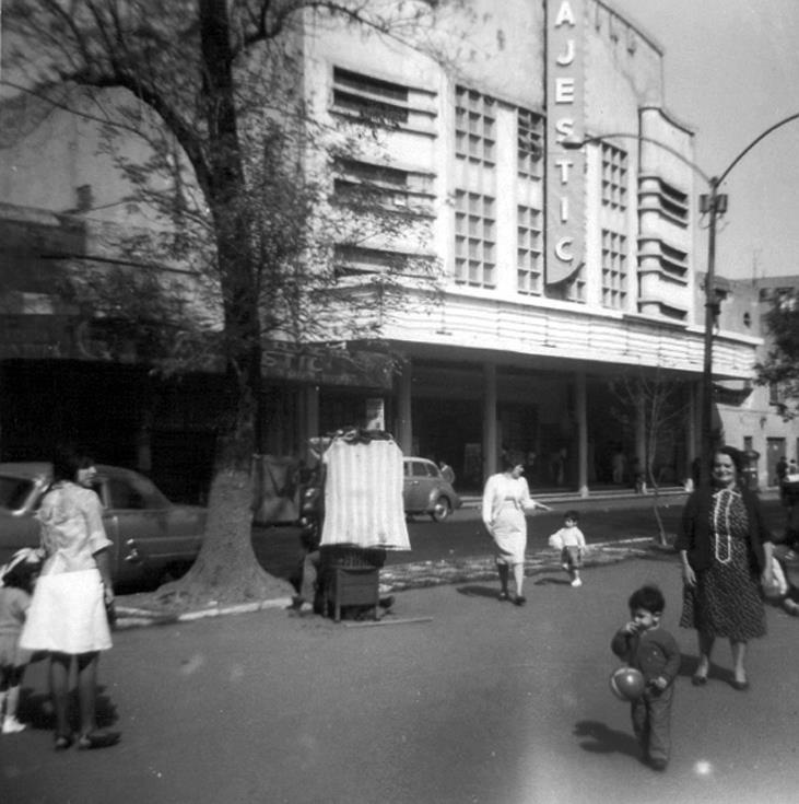 Este era el Cine Majestic en la colonia Santa María la Ribera, que se encontraba frente a la Alameda, en la calle de Manuel Carpio. Hoy en su lugar existe un complejo de departamentos. Esta foto corresponde al año de 1967. (Tomada de Facebook)