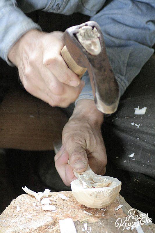 Łyżkarstwo było kiedyś popularnym na wsiach rzemiosłem,  polegającym na wyrobie przedmiotów gospodarczych z drewna. Praca łyżkarza była kilkuetapowa: ociosywał drewno według formy, żłobił środek specjalnie do tego stworzonym dłutem, na koniec szlifował przedmiot. Zręcznemu łyżkarzowi wyrób jednej łyżki tą metodą zajmował około piętnastu minut.