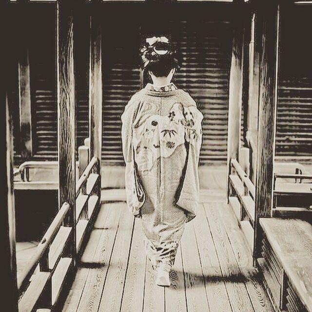 Douceur japonaise : voyage avec Aoi san au temple Ninna-ji à Kyoto (Japon)   . . . . . . . . . . . .#enviedevasion #new #douceurdujour #whiteshirt #asian #instalike #womenswear #fashionista #womensfashion   #love #work #instadaily #fashion #instagram #followme #printempsete #hanasan #amazing #girl #japan #instafamous #fashiondiaries #lifestyle #like4like #swag #instafashion  #voyage #picoftheday #geisha #mode #fashionbrand #fashionblog #inpiration