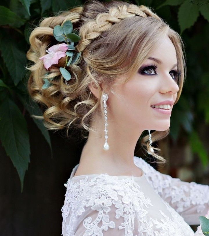 Gorgeous updo wedding hairstyle. Click to see more. Photo: Liliya Fadeeva via Websalon Weddings