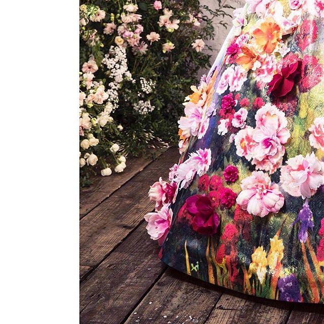 . まるごとドレスを1着キャンバスに見立てて、柄をおこしたオリジナルプリントドレス。 ベースのラメジャガードの輝きにプリントの多色感があいまって作られる幻想的な色味の上にカラフルな花々を足して豪華に仕上げる。#AK10792 . #wedding #weddingdress #bridal #bridalwear #weddingday #fashion #hautecouture #dress #flowerdress #flower #beautiful #cute #elegant #instawedding #designer #ウェディングドレス #結婚準備 #プレ花嫁 #卒花嫁 #ファッション #ドレス #2018春婚 #2018夏婚 #ユミライン #yumikatsura #ユミカツラ #桂由美 #3000followers #thankyou