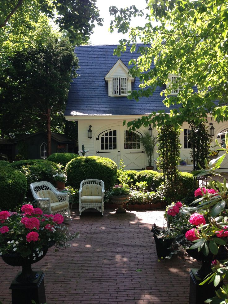 Martha's Vineyard: Historic Carriage House at the Charlotte Inn - I love this yard... so beautiful and relaxing!