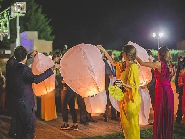 Los invitados lanzan farolillos al cielo mientras piden un deseo.