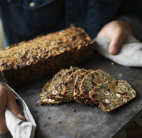 """Detta recept är ur Tareq Taylors bok """"Mat som gör gott"""". Ett glutenfritt bröd fullproppat med nötter och frön. Skär det i tunna skivor och ät det med en skiva ost eller bara som det är. Brödet håller sig saftigt och gott nästan hur länge som helst tack vare frukten och nötterna. Det har visat sig att de som äter mycket nötter inte så lätt går upp i vikt, trots att nötter innehåller mycket fett och kalorier. En näve om dagen brukar vara en lagom mängd."""