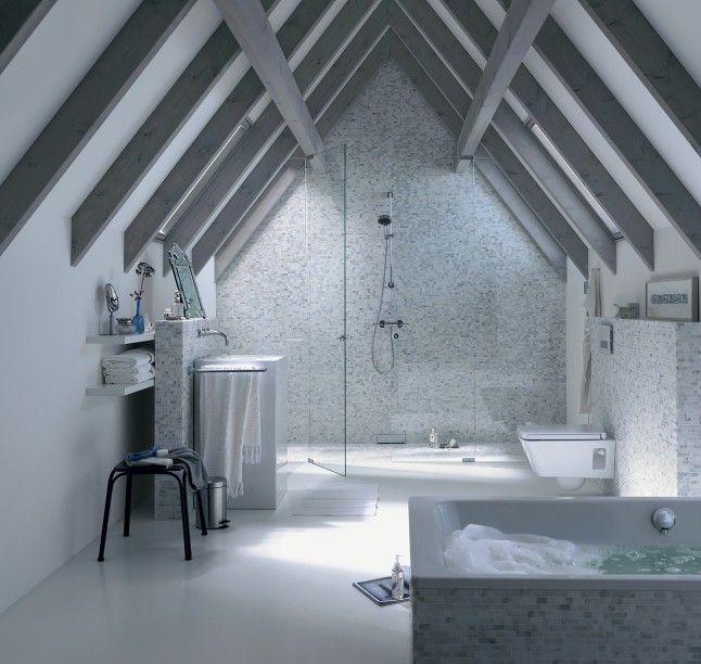 Sous les combles, avec une baignoire équipée du système Avantgarde et une immense douche à l'italienne sous la charpente de la maison.