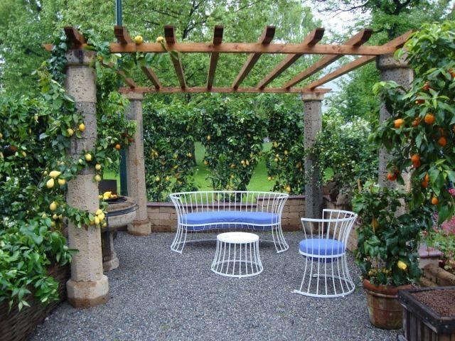 terrasse gestalten pergola steinsaulen kies metall möbel zitronen, Gartenarbeit ideen
