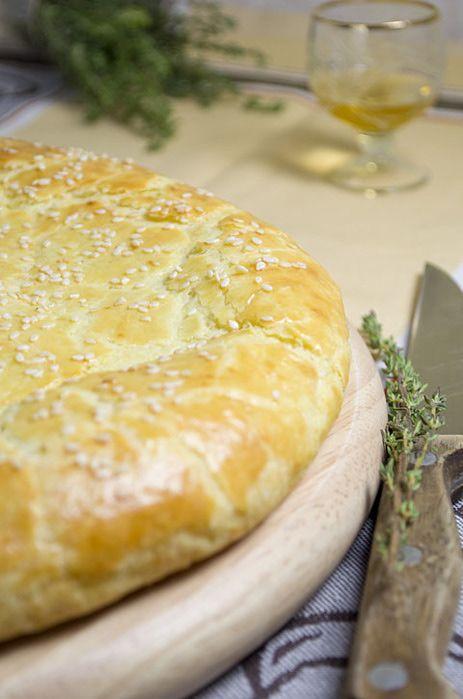 Лепешка с творожного теста с сыром - Тесто 1 яйцо 250 г творога 150 г сливочного масла комнатной температуры 250 г муки 1 чайная ложка разрыхлителя 1/2 чайной ложки сахара 1/2 чайной ложки соли   Начинка 150 г моцареллы (или любого другого сыра на ваш вкус) 1-3 зубчика чеснока 1 столовая ложка сметаны небольшая горсть свежих (или сушеных) листиков тимьяна   Для смазывания 1 яйцо щепотка соли   Для посыпки небольшая горсть семян кунжута