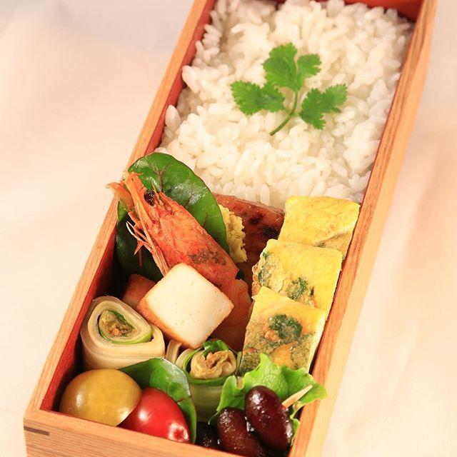 Lunch box today : ปิ่นโตวันนี้ : 今日のおべんと:Heutes Mittagessen  ปลาย่าง/ไข่เจียวญี่ปุ่นใส่ผักชี/กุ้ง,กกาดขาว grilled fish/rolled omelette/Shrimp & Chinese cabbage boiled with soy sauce Backte Fisch/Gekochtes E/Chinakohl und Gebraten 焼き魚/パクチ−入り卵焼き/白菜と海老の煮物  #ปิ่นโต #海外生活 #ドイツ生活 #bento #obento