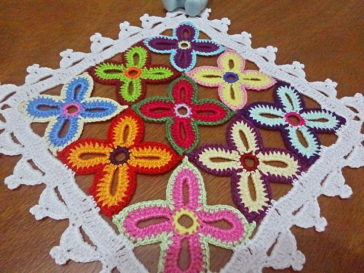 Toalhinha de crochê quadrada composta por 9 flores coloridas. Confeccionada inteiramente a mão com a técnica de crochê. <br> <br>Cores de linhas: 22. <br> <br>As cores e o tamanho ficam à disposição do cliente. <br> <br>Linhas 100% algodão.