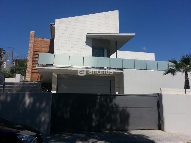 Ref.: 240-V. Casa individual de obra nueva en venta. 2 viviendas en la misma casa, 3 dormitorios dobles con baño y vestidor. Sauna, jardín de 600 m2, piscina particular. 2 plazas de parking