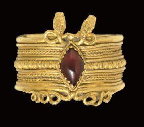 A GREEK GOLD AND GARNET FINGER RING                                                                                                                                                                       HELLENISTIC PERIOD, CIRCA 3RD CENTURY B.C.