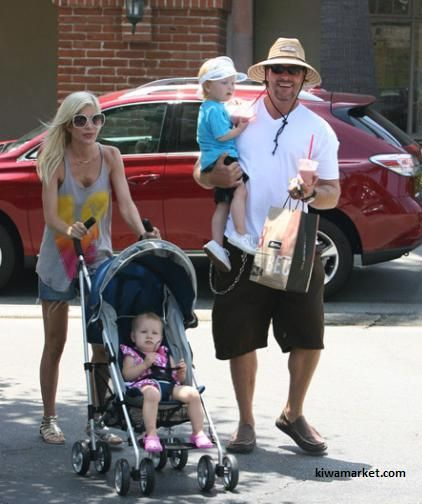 Тори Спеллинг: Uppa Baby G-LUXE $190 Пятидетная мать Тори Спеллинг остановила свой выбор на коляске за 190 баксов.