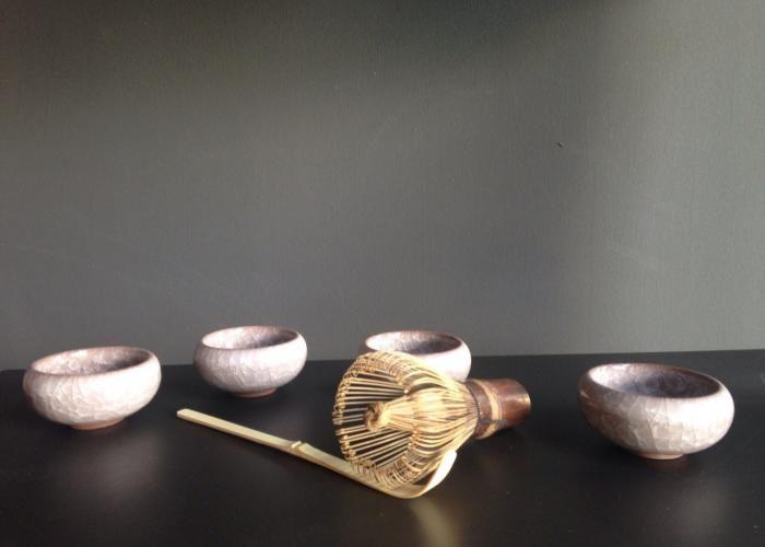 La herramienta perfecta para preparar Matcha perfecto. Indispensable para todo buen conocedor del tè japones. Haz visto como salen las burbujas cada ves que preparan un Matcha, te has preguntado por que? Estas son las herramientas necesarias. El Matcha Whisk Set incluye una cuchara de bamboo diseñada especificamente para te Matcha con una capacidad promedio de 1 gr, y un Matcha Whisker tambien de bamboo. El sabor de un te Matcha preparado a la manera tradicional no tiene comparacion…