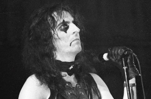 Alice cooper was considered for the role of pennywise LOL  http://listverse.com/2017/09/08/10-shocking-secrets-of-stephen-kings-original-it-movie/