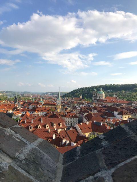 06 de maio de 2017 Deixamos Budapeste para trás. Seguimos para o aeroporto para pegar um voo de aproximadamente uma hora até Praga, pela Checz Airlines, a companhia Tcheca de aviação. Chegamos em P…