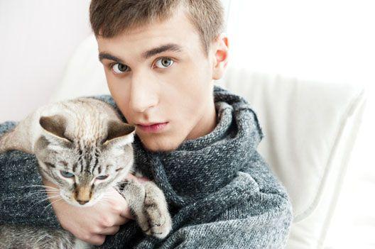Dlaczego kot ugniata łapkami nasze kolana?
