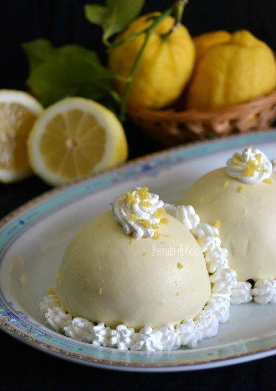 Le delizie al limone sono i dolci classici della costiera campana, hanno un cuore di crema al limone e poi sono ricoperti da una golosissima glassa fresca.